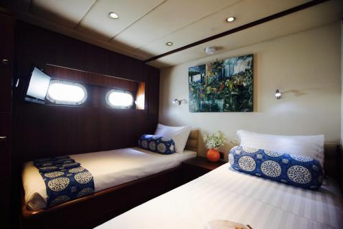 Yachts twin bed cabin
